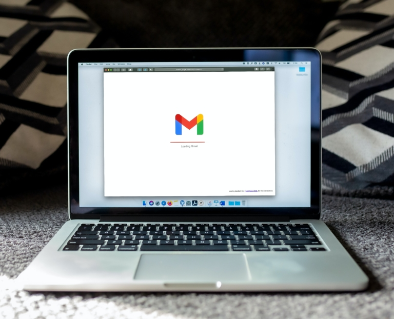 un ordinateur avec une page Gmail ouverte