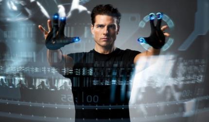 c'est un homme avec les mains devant ses yeux qui touche un écran digital