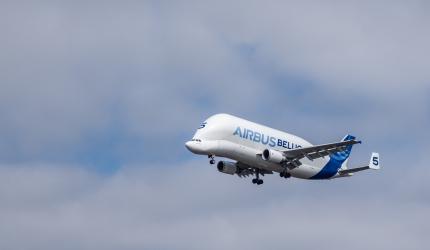 un avion airbus dans les airs