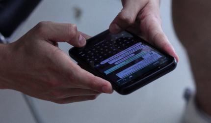 quelqu'un sur son téléphone portable en train d'échanger des messages