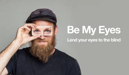 une personne qui tient un téléphone devant ses yeux. Le téléphone affiche des yeux