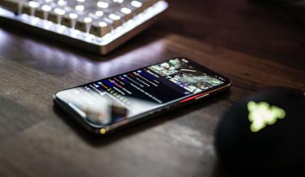téléphone portable posé sur un bureau