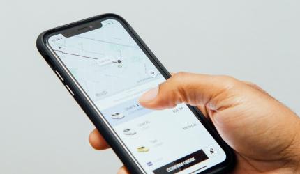 c'est un téléphone portable avec l'application Uber d'ouverte