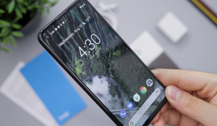 téléphone portable android avec l'écran d'accueil allumé