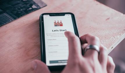 image d'un téléphone portable avec une main qui clique sur l'écran