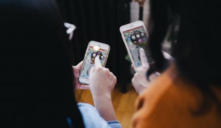 deux personnes sur leur téléphone portable en train de cliquer sur une application mobile