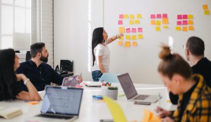 Plusieurs personnes sont dans une salle de réunion en train de faire un design sprint