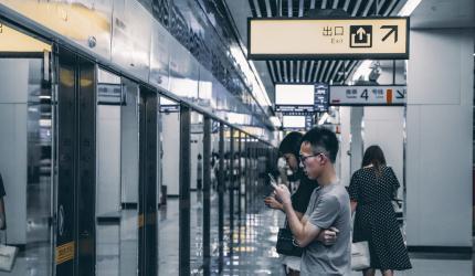 des personnes qui sont sur le quai d'un métro à attendre
