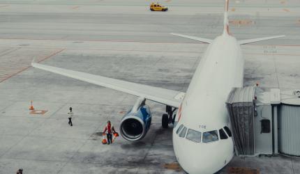avion qui stationne dans un aéroport en attendant les passagers