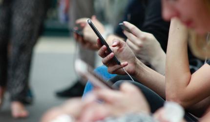 personnes étant sur le téléphone portable