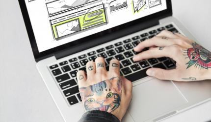 écran d'ordinateur avec des maquettes de téléphones mobiles
