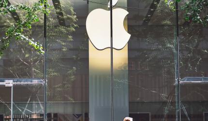 personne qui passe devant une boutique Apple